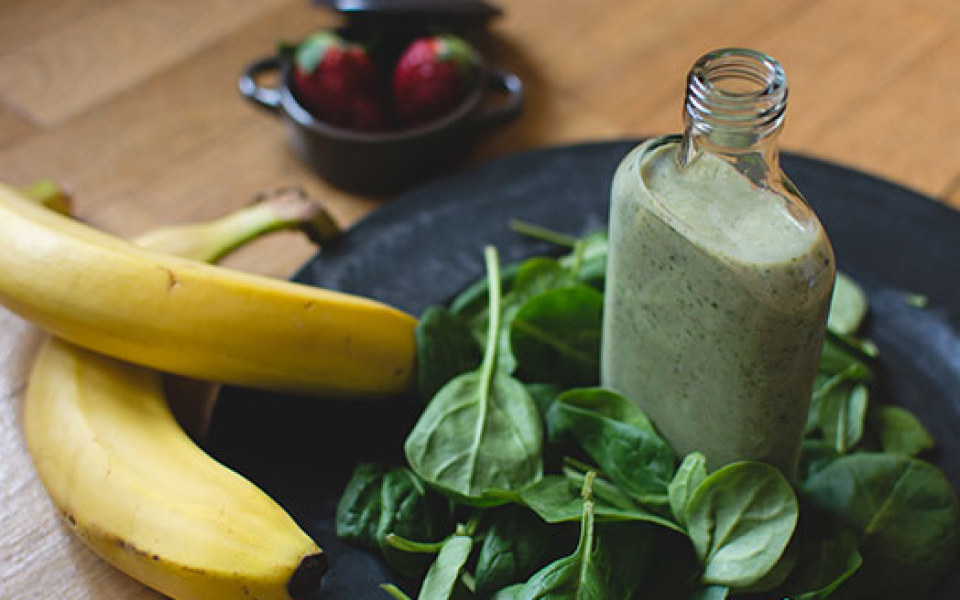 green-smoothie-with-ingredients